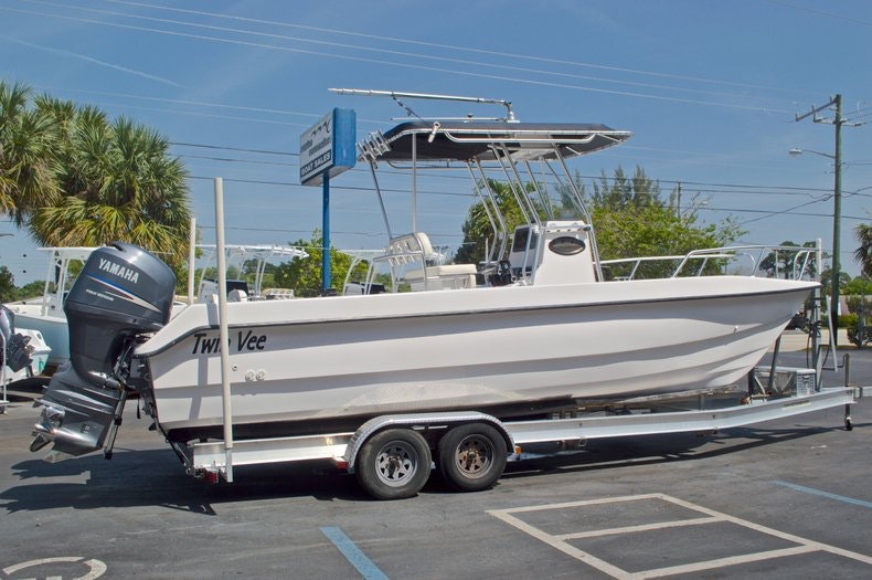 Image 3 for 2005 Twin Vee 26 CC Center Console in West Palm Beach, FL