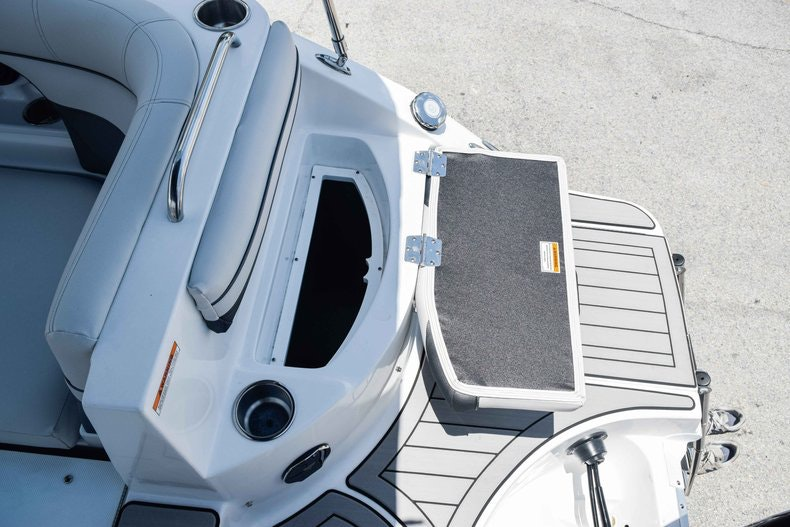 Thumbnail 17 for New 2019 Hurricane SunDeck SD 2486 OB boat for sale in Fort Lauderdale, FL