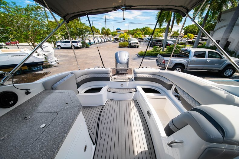 Thumbnail 13 for New 2019 Hurricane SunDeck SD 2690 OB boat for sale in West Palm Beach, FL